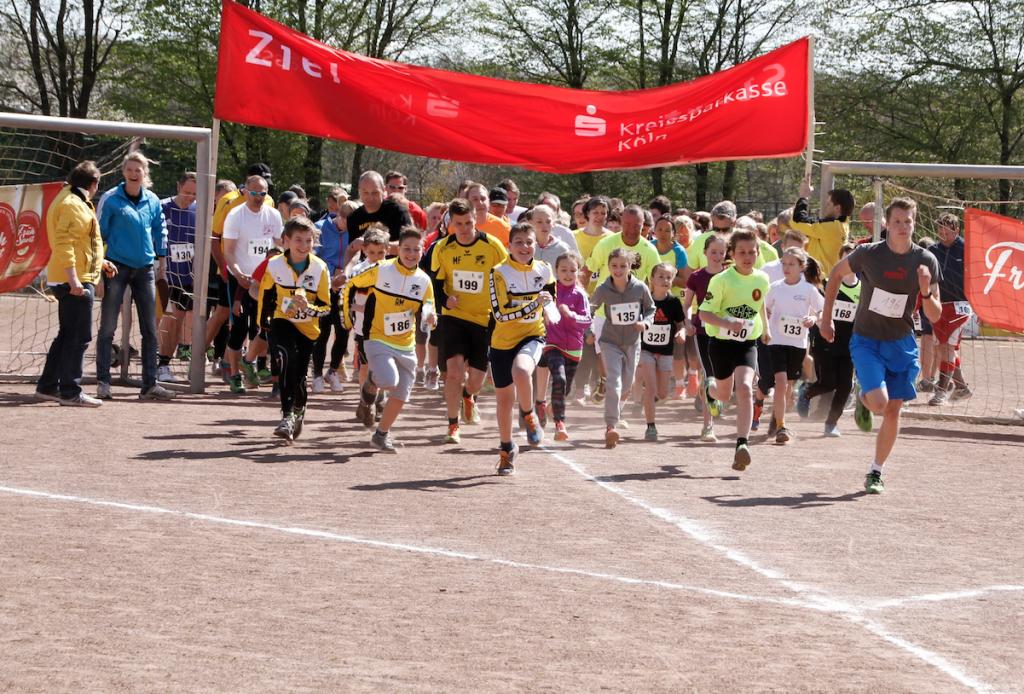 Jugendliche Läufer beim Start
